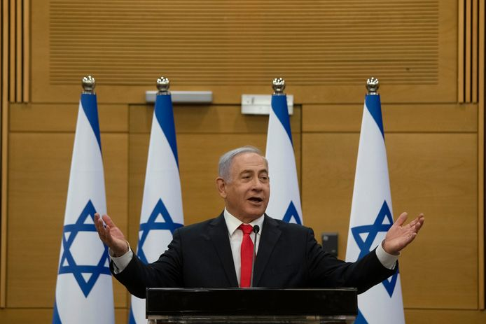 Ex-premier Benjamin Netanyahu spreekt een dag na zijn aftreden de oppositie toe.
