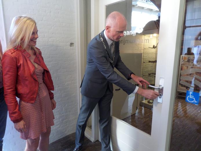Burgemeester Fränzel heropent het museum onder toeziend oog van wethouder Paula Jorritsma.