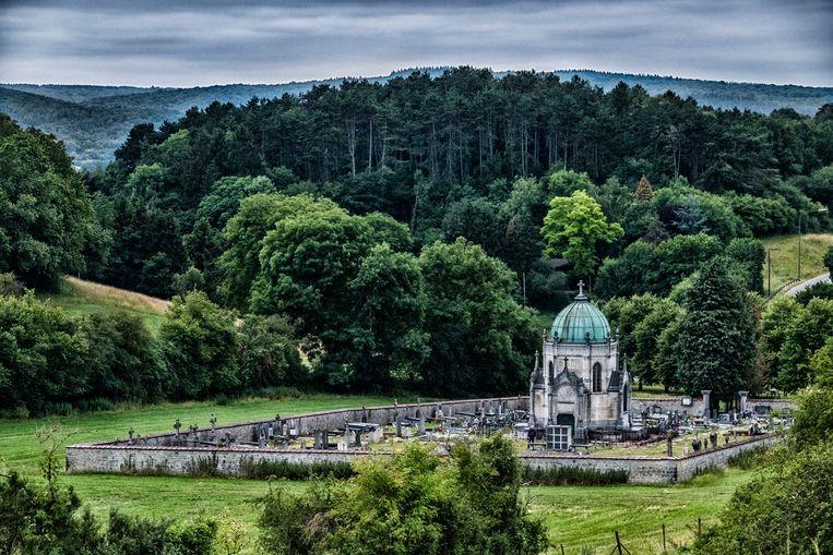 Het mausoleum van de Heren van Vierves (1906), ingeplant in het prachtige landschap, herinnert aan een glorieus verleden. Beeld Tim Dirven