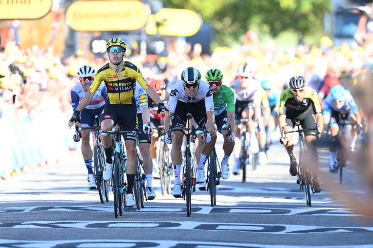 Wout Van Aert is Cees Bol en Sam Bennett te snel af in de vijfde Tour-rit. Beeld ANP