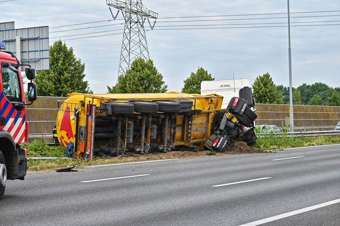 Vrachtwagen gekanteld op A16 tussen Breda-Noord en Zonzeel.