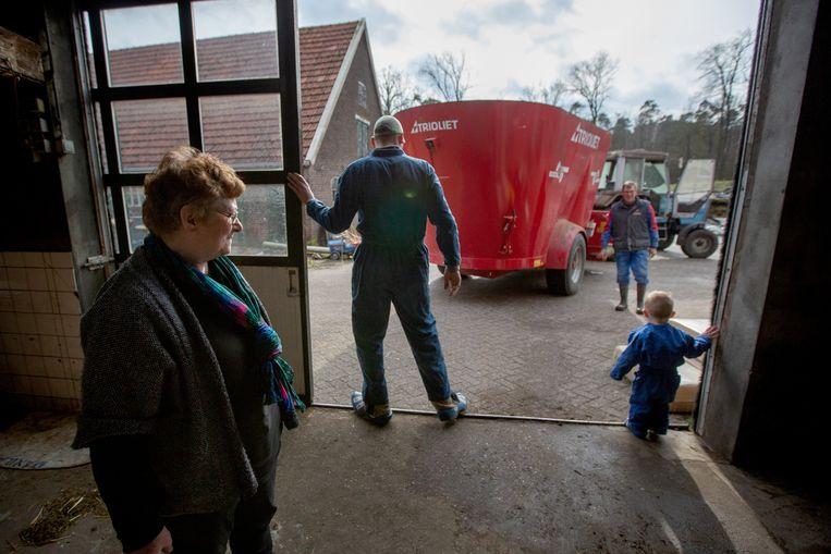 Ook de vader en moeder van Karin helpen nog mee in het bedrijf en wonen nog op het erf. Beeld Herman Engbers