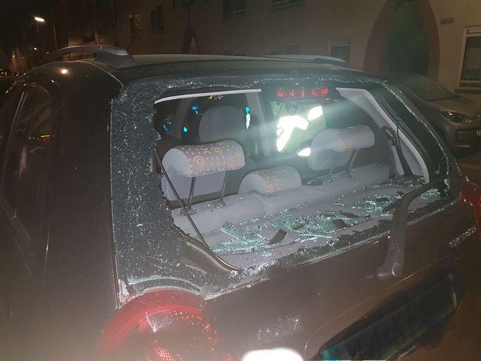 De auto van de Surinaamse vrouw nadat deze was bewerkt met een bijl in 2018