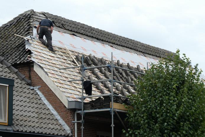 Werkzaamheden op het dak van dorpshuis De Kei.