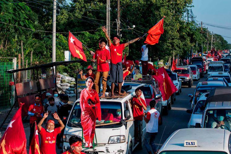 Aanhangers van de NLD vieren de overwinning van Suu Kyi. Beeld AFP