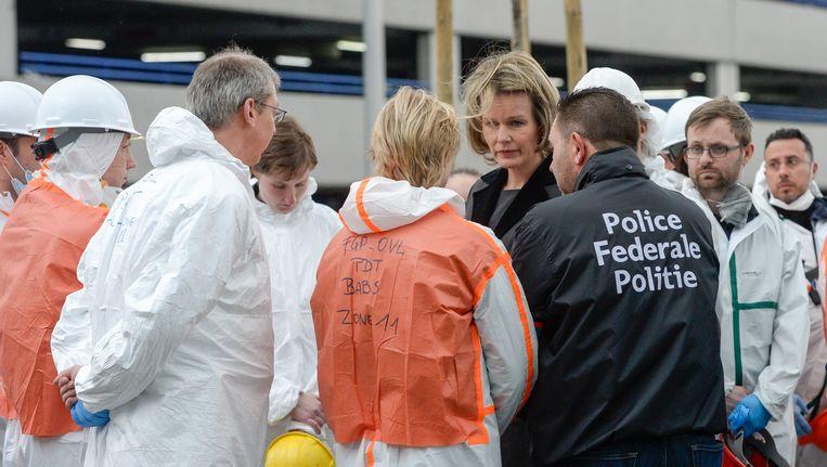 Koningin Mathilde ontmoet leden van de forensische politie aan de luchthaven in Zaventem. Beeld BELGA