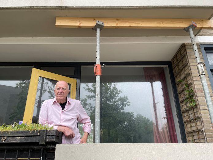 """Joop Kroon woont in een flat aan de Nassaulaan in Middelburg. De balkons van die flats zijn gestut, omdat ze niet voldoen aan de eisen. ,,Toch voel ik me niet onveilig"""", zegt Kroon."""
