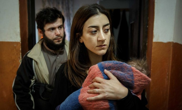 Pervin (Gizem Erdogan) is met man en kind naar Syrië gereisd, en wil terug. Beeld johan paulin