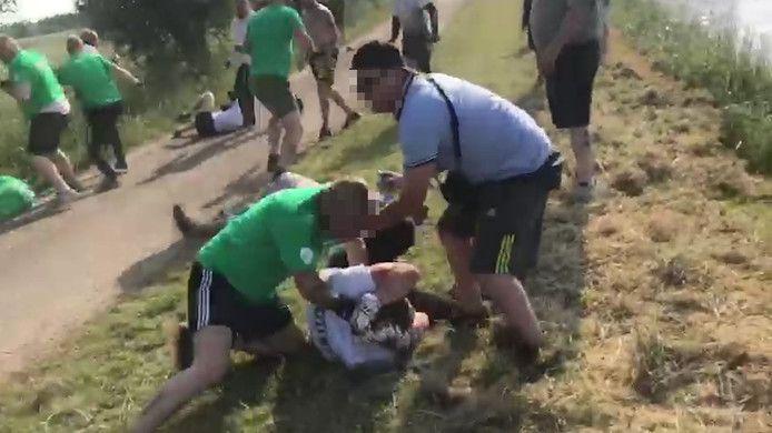 Beeld uit een video van de hooligans die in 2018 net buiten Zwolle met elkaar afspraken voor een gevecht.