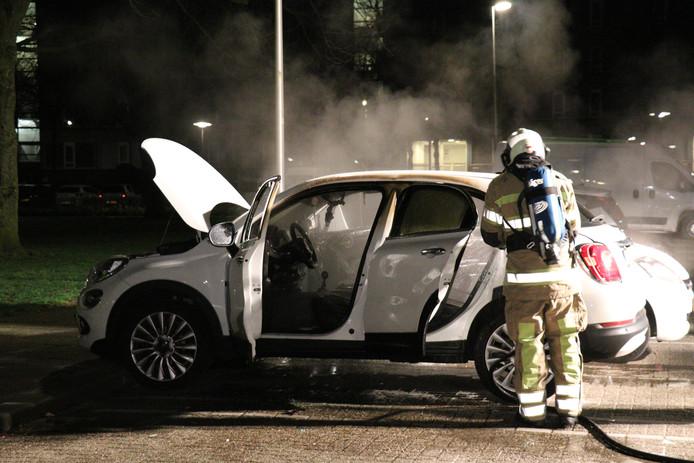 Een Fiat 500 in brand in de Utrechtse wijk Overvecht.