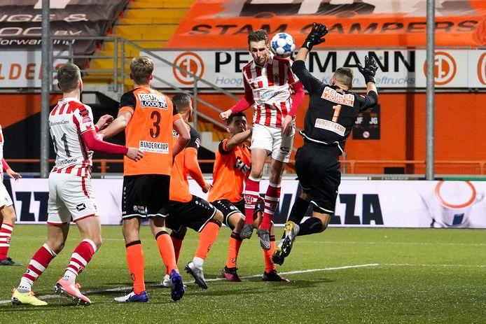 Dennis van der Heijden kopt raak tegen FC Volendam en brengt daarmee TOP Oss langszij: 1-1.