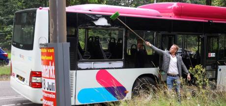 Passagier springt door raam van rijdende bus naar buiten: gewond naar ziekenhuis