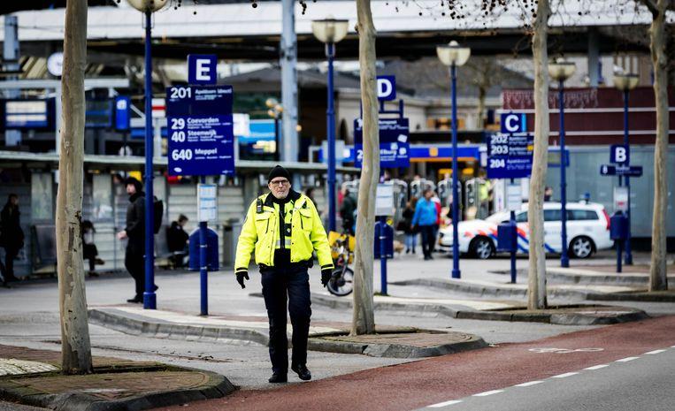 Agenten op het gedeeltelijk afgesloten station van Zwolle, vanmiddag. Beeld null