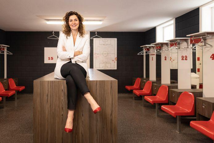 """Sara Nijenhuis in de kleedkamer van vv Rigtersbleek.  """"Een vrouw als voorzitter van een voetbalclub  is nog steeds bijzonder, dat merk ik als ik ergens een bestuurskamer binnenkom."""""""