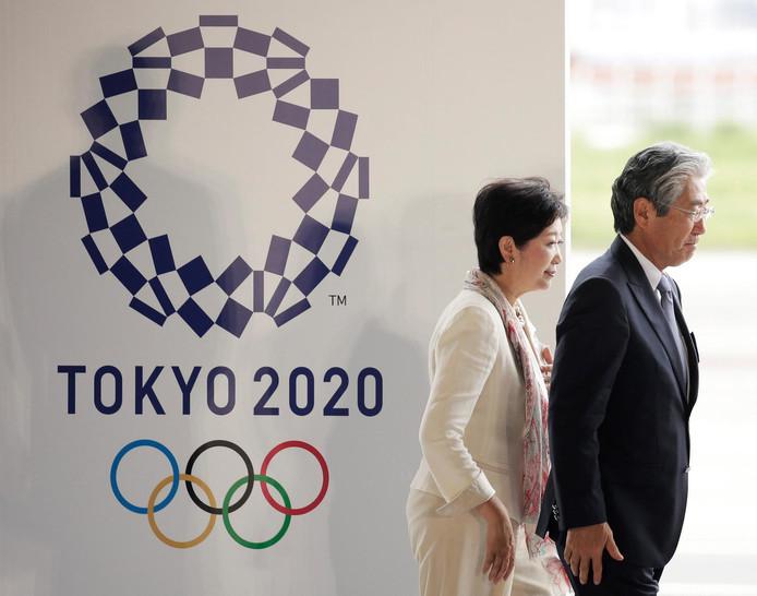 De voorzitter van het Japanse Olympisch Comité, Tsunekazu Takeda (r), met de gouverneur van Tokio, Yuriko Koike.