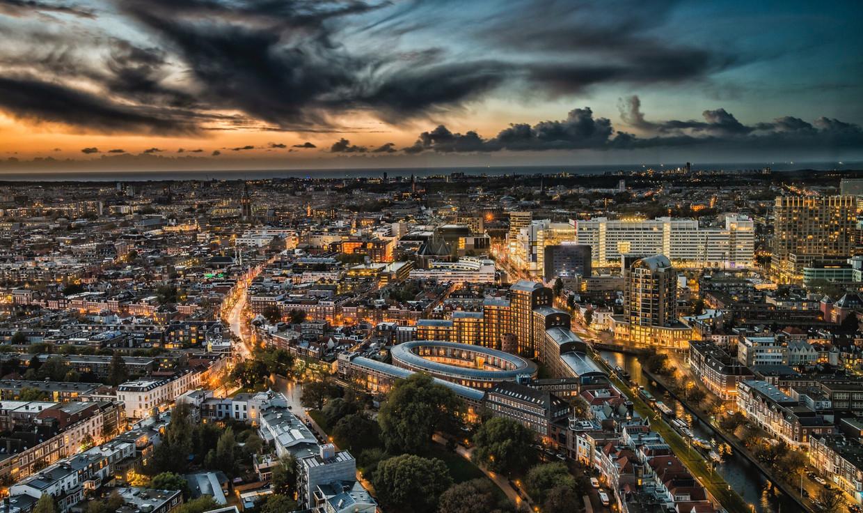 Luchtfoto van Den Haag, stad aan de Noordzee. Het brede witte gebouw, rechts in het midden, is het brandpunt van alle lokale bestuurlijke turbulentie: het gemeentehuis, ook wel aangeduid als het IJspaleis. Beeld Michael Allen / Getty Images/EyeEm