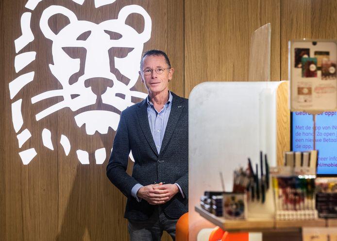 Hidde Coebergh van ING in het ING servicepunt in boekhandel Van Atten.