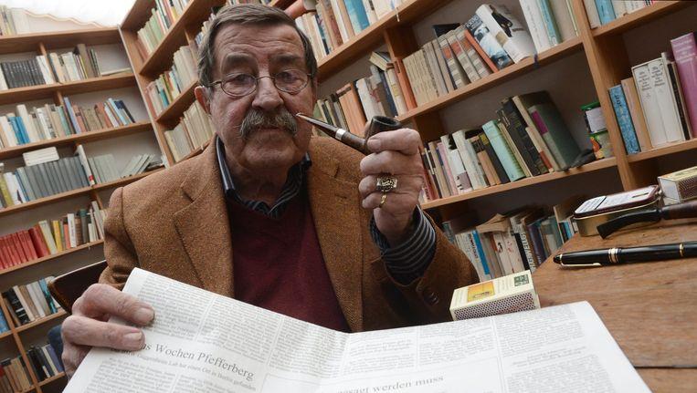 Günter Grass laat zijn controversiële Israëlische gedicht zien. Beeld epa