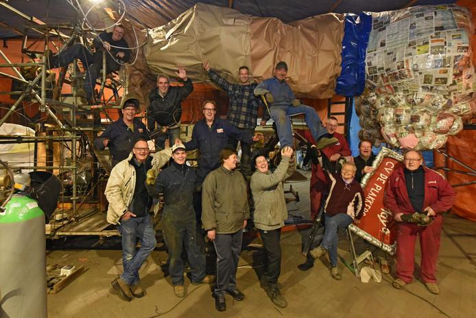 CV De Plakkers op archiefbeeld in hun bouwruimte aan de Koekoekweg,