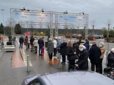 Verbazing over rij hoogbejaarden in regen en kou voor prik: 'Niet de bedoeling'