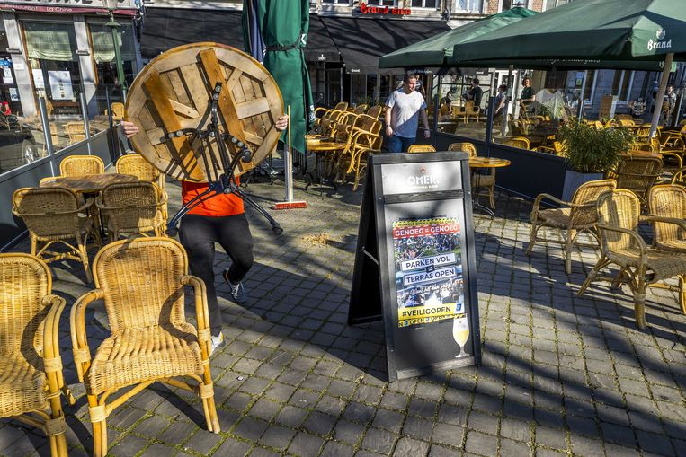 Begin maart waren er enkele warme dagen, een café in Maastricht bouwde het terras op, uit protest voor heropening van de horeca. Beeld ANP