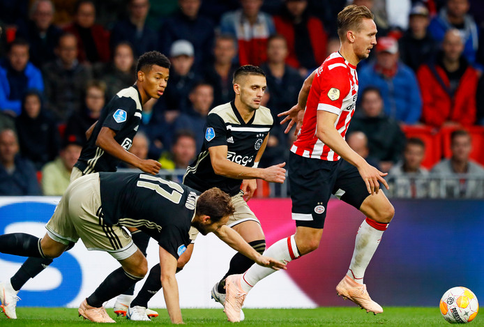 Dusan Tadic jaagt woensdagavond op Luuk de Jong. De spits van PSV heeft nu twee goals meer.