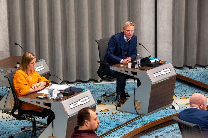 De wethouders Jan van Dellen (VVD) en Martien Louwers (PvdA) tijdens het debat over het discriminatierapport.