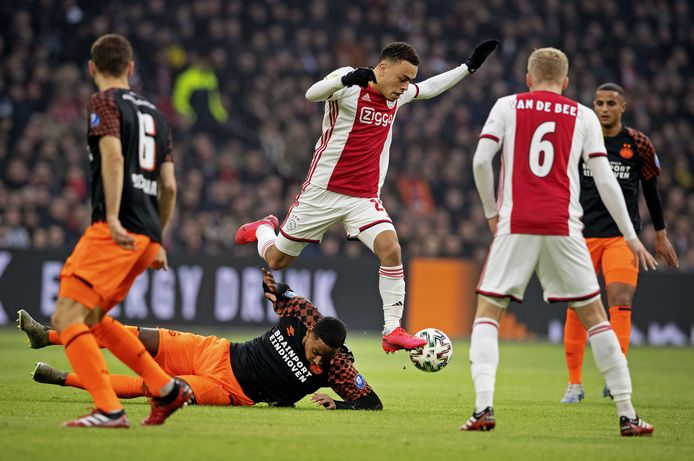 Beeld van Ajax-PSV. Beide clubs moeten bezuinigen en willen salarissen van spelers omlaag brengen.