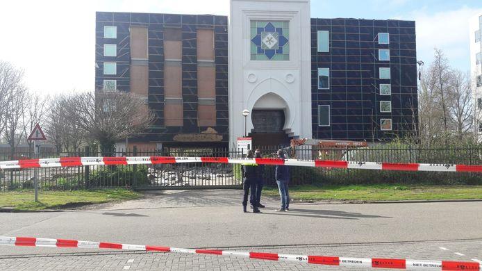 Zaterdagochtend vroeg werd er brand gesticht in het parkeergedeelte van de moskee aan de Antwerpseweg in Gouda.