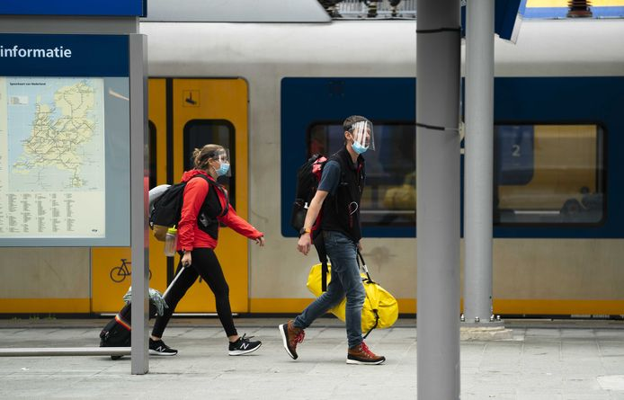 Reizigers op station Utrecht Centraal.