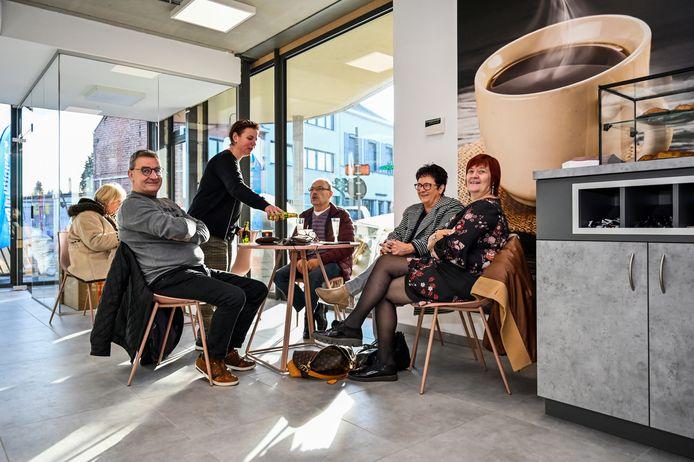 In een nieuwe koffiehoek kunnen de klanten het gezellig maken.