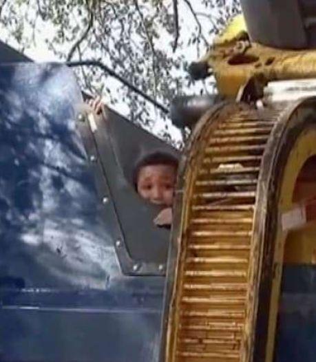 Jongen die zich verstopt in kliko wordt bijna geplet in vuilniswagen
