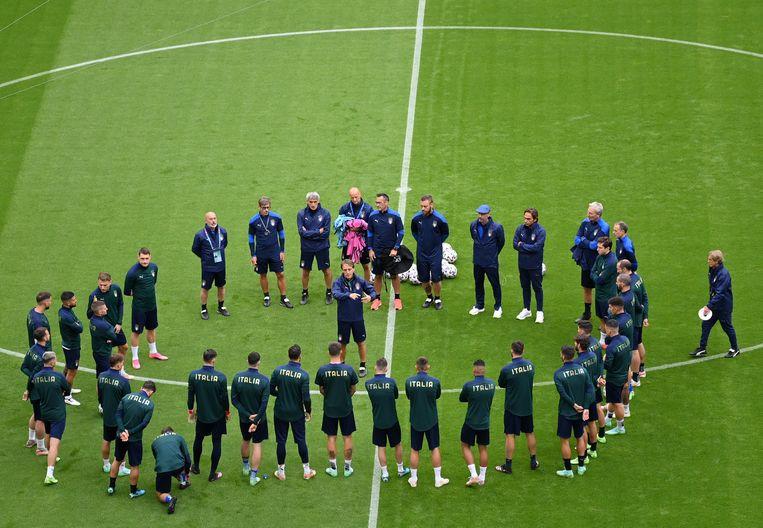 De Italiaanse bondscoach Roberto Mancini en zijn ploeg tijdens de training. Beeld EPA