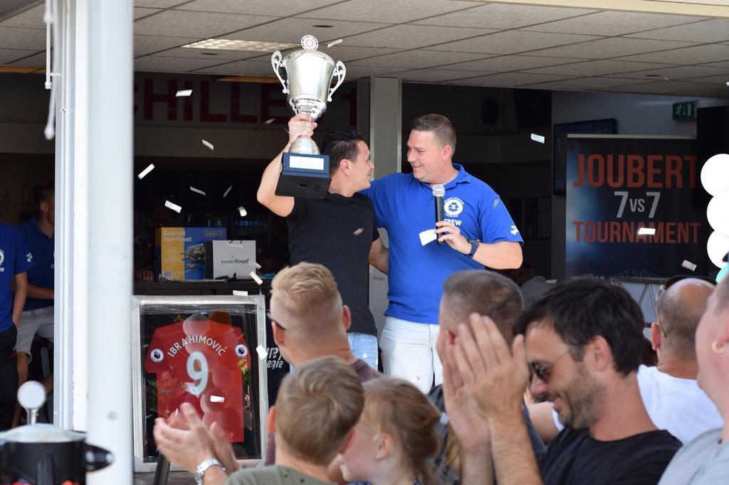 Voorzitter Jody van den Berg  van Stichting Joubert Nederland tijdens een eerdere editie van het toernooi.tijden