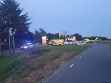 Scooteraar raakt verkeersdrempel en vliegt over de kop in Terwolde: traumahelikopter opgeroepen