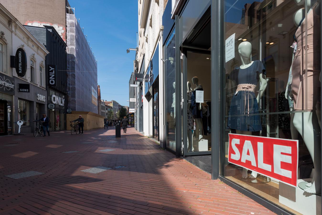 Een vrijwel lege winkelstraat in het centrum van Eindhoven.