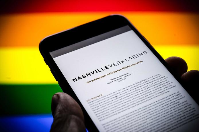 Een telefoon met daarop de website van de Nashville Statement, een verklaring waarin homoseksualiteit en transgenderisme expliciet afgewezen. Het Openbaar Ministerie gaat eventuele strafbaarheid van de verklaring onderzoeken.