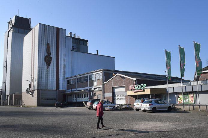 De oude Boerenbondfabriek in Wanroij is na jaren leegstand verkocht en gaat plat. Er komen woningen. Welkoop blijft nog even open.