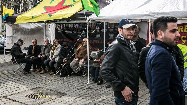 Aanhangers van de Koerdische vrijheidsstrijd manifesteren al een maand lang in de Europese wijk in Brussel. Dat de Belgische overheden daar geen kritiek op hebben, is Erdogan en veel Turken een doorn in het oog. Beeld © Bas Bogaerts