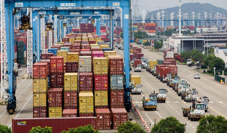 De haven van Ningbo-Zhoushan in China. De haven was twee weken dicht omdat een werknemer er corona had en het personeel in quarantaine moest.  Beeld Hollandse Hoogte / Eyevine