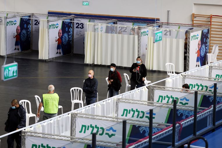 Een wachtrij voor de vaccinatie in het Israëlische Petah Tikva. Beeld Reuters