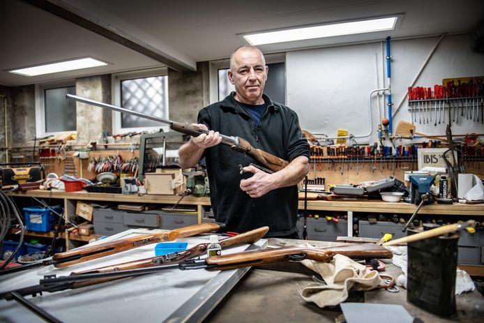 Ongediertebestrijder Geert Verriet uit Ooij heeft een flinke collectie luchtdrukwapens.
