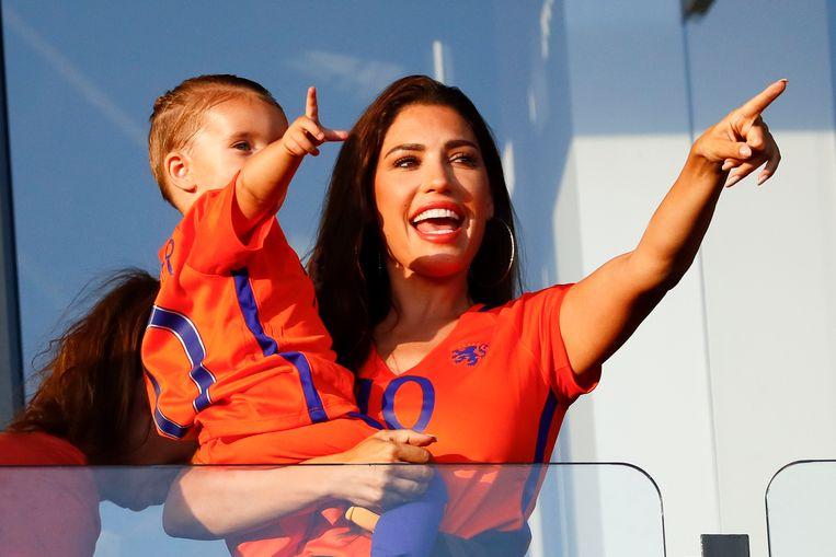 Yolanthe Sneijder-Cabau kijkt samen met haar zoon Xess Xava Sneijder naar het Nederlands elftal in actie tegen Luxemburg.