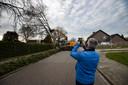 Het ontmantelen van de beuk trekt bekijks in Someren-Eind.