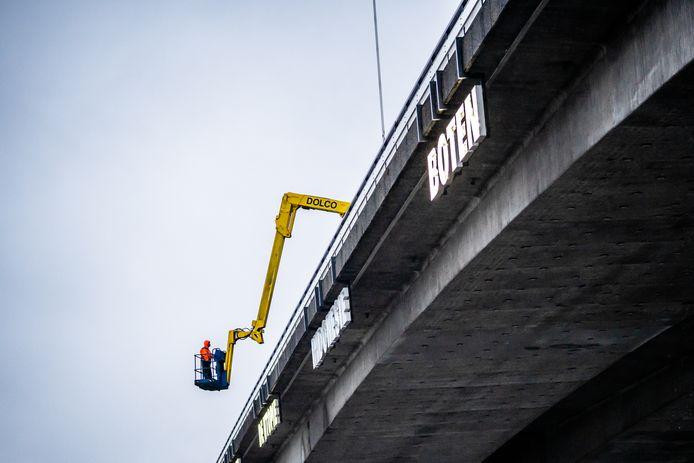 de letters aan de nelson mandela brug worden gemaakt. Lichtkunstwerk Rémy Zaugg Arnhem