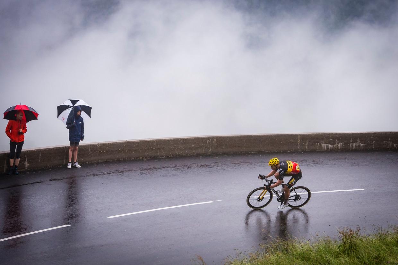 Wout van Aert rijdt kilometers alleen richting Le Grand Bornand. Beeld Photo News