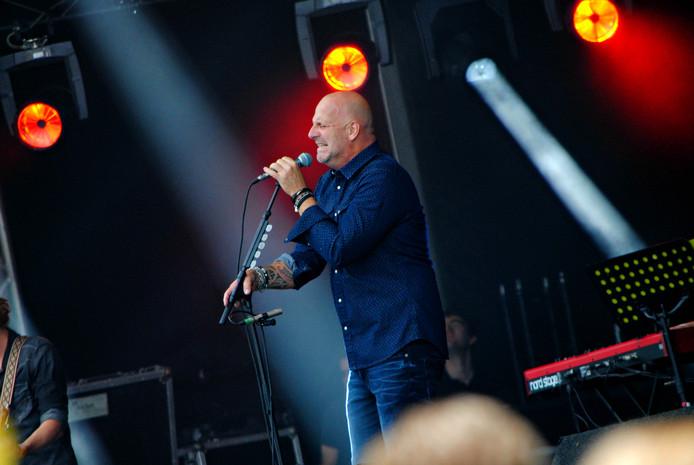 Paskal Jakobsen, de leadzanger van Blof, tijdens Cover at Sea.