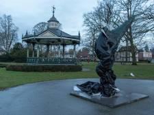 Vrijheidsbeelden in Apeldoorn en Vaassen uit protest tegen avondklok ingepakt met zwart folie