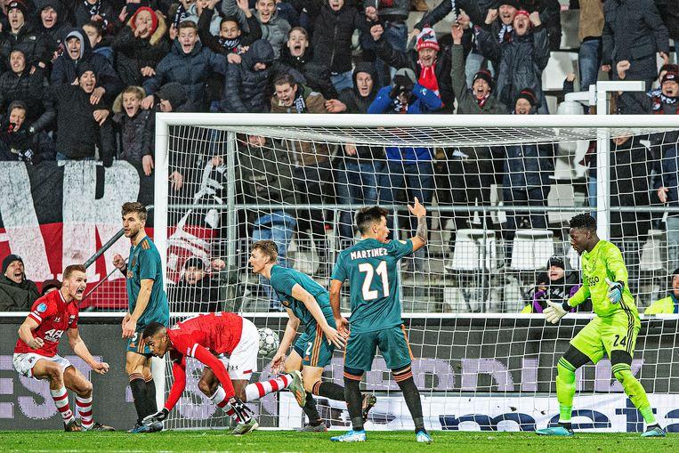 Myron Boadu scoort de 1-0 vlak voor tijd.  Beeld Guus Dubbelman / de Volkskrant
