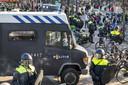 De demonstratie op Museumplein in Amsterdam wordt ontbonden door de politie en ME.